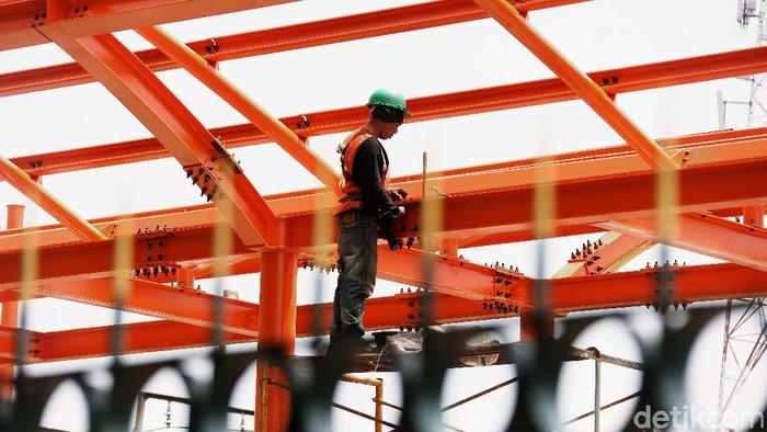 Untuk memberikan kenyamanan bagi penumpang KRL, Stasiun Kereta Api (KA) Bekasi, menambah fasilitas peron. Proyek tersebut kini tengah dikerjakan.