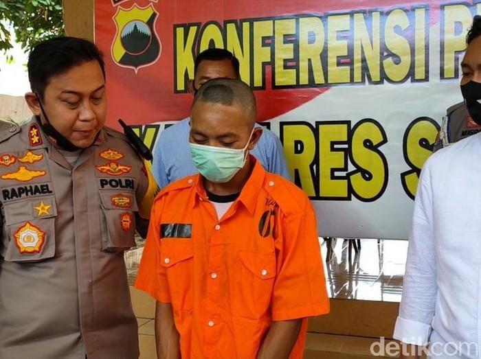 Buruh di Sragen cabuli anak di bawah umur dengan ancaman viralkan foto korban. Dalam aksinya, pelaku juga menampak dan mencekik korban.   Pelaku kini sudah ditangkap dan ditahan di Polres Sragen, Rabu (23/9/2020).