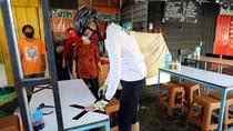Aksi Ganjar Pasang Lakban Jaga Jarak di Warung Makan Semarang