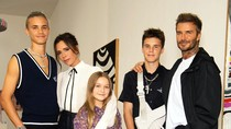 David Beckham Curi Perhatian Pakai Sandal & Kaus Kaki di London Fashion Week