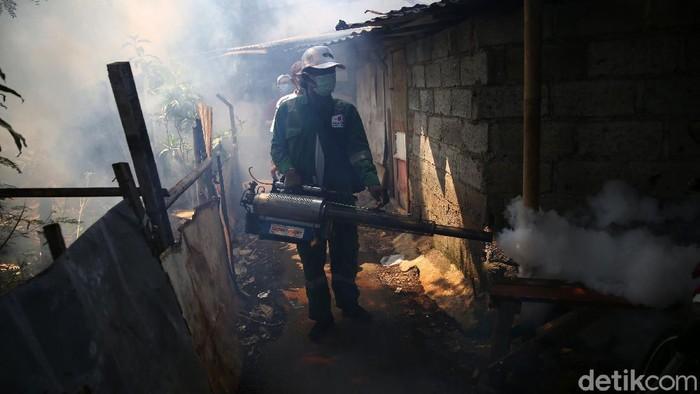 Warga melakukan pengasapan di Kampung Gandaria, Pondok Kelapa, Duren Sawit, Jakarta, Rabu (23/9/2020). Pengasapan yang dilakukan secara swadaya oleh masyarakat ini dilakukan guna mencegah demam berdarah.