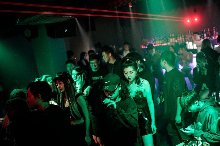 Kelab malam di Wuhan kembali beroperasi seiring nihilnya kasus Corona baru di sana.