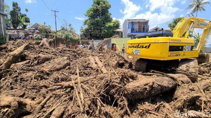 Dahsyatnya banjir bandang yang terjadi di Cicurug membawa beragam material, tidak hanya lumpur tapi juga batang-batang pohon berukuran cukup besar.