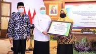 Pandemi COVID-19, Khofifah Salurkan Beasiswa Rp 11,3 Miliar Bagi 850 Guru Madin