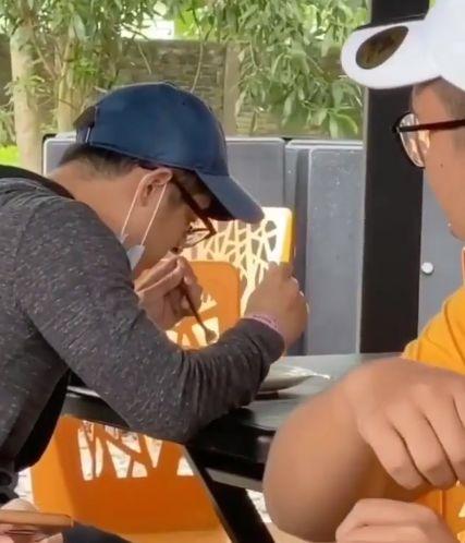 Demi konten, influencer ini usil melakukan prank dengan menggunakan gelang seperti pasien COVID-19 saat makan di restoran. Aksinya dikritik tajam oleh netizen.