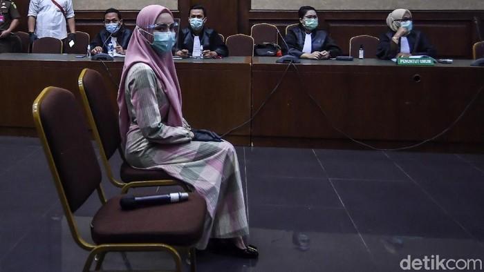 Pinangki Sirna Malasari menjalani sidang perdana di Pengadilan Tipikor Jakarta, Rabu (23/9/2020). Dia didakwa menerima suap USD 500 ribu dari USD 1 juta yang dijanjikan oleh Joko Soegiarto Tjandra alias Djoko Tjandra.