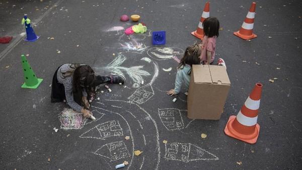 Jalan di kawasan distrik Kreuzberg, Berlin, itu disulap menjadi taman bermain dadakan bagi anak-anak pada Selasa (22/9) lalu.
