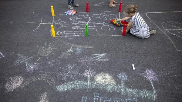 Dilansir dari Getty Images, Berlin menutup 20 jalan untuk dijadikan sebagai taman bermain bagi anak-anak untuk memperingati Hari Bebas Kendaraan Internasional.