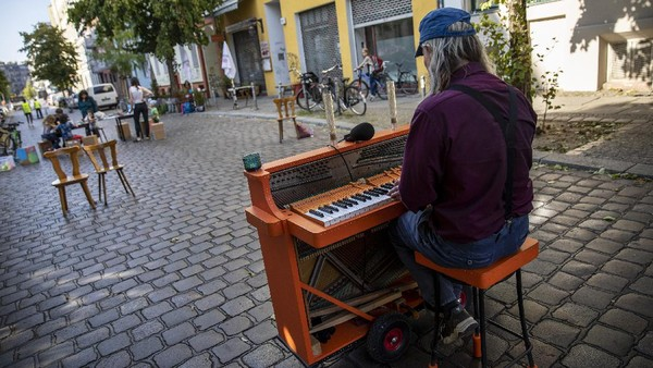 Kegiatan bermain di tengah jalan itu tampak dimeriahkan oleh seorang pria yang memainkan piano di salah satu jalan di Kota Berlin yang ditutup untuk memperingati Hari Bebas Kendaraan Internasional.