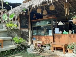 Kafe Unik yang Asri Ini Ada di Dalam Rumah Kos