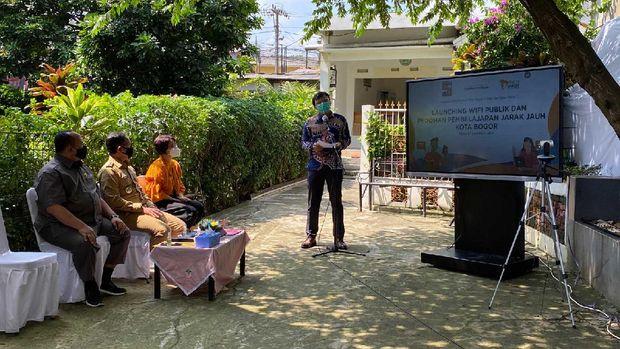 Untuk mengoptimalkan Pembelajaran Jarak Jauh (PJJ) di masa pandemi Corona, Pemerintah Kota (Pemkot) Bogor menjalin kemitraan dengan Pusat Riset Pendidikan Masa Depan dan Kelas Pintar dalam penerapan aplikasi belajar online.