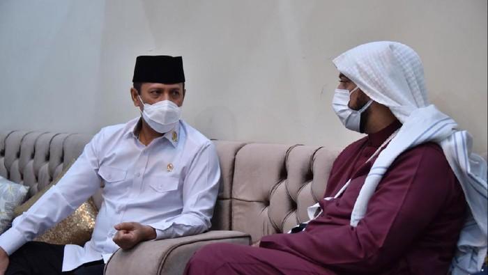 Kepala BNPT Komjen Boy Rafli Amar mengunjungi Syekh Ali Jaber usai kejadian penusukan di Lampung