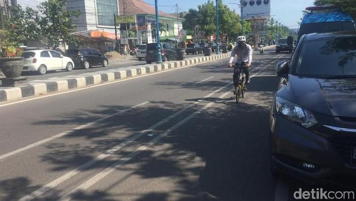 Kepala Dinas Perhubungan Kota Cirebon Andi Armawan menjajal jalan yang rencananya akan dilengkapi jalur sepeda.