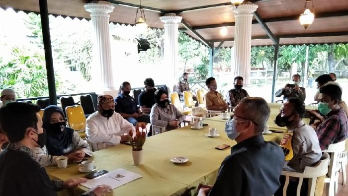 Pemkot Cirebon bersama Keraton Kasepuhan saat membahas soal ditiadakannya tradisi panjang jimat dan pasar mauludan.