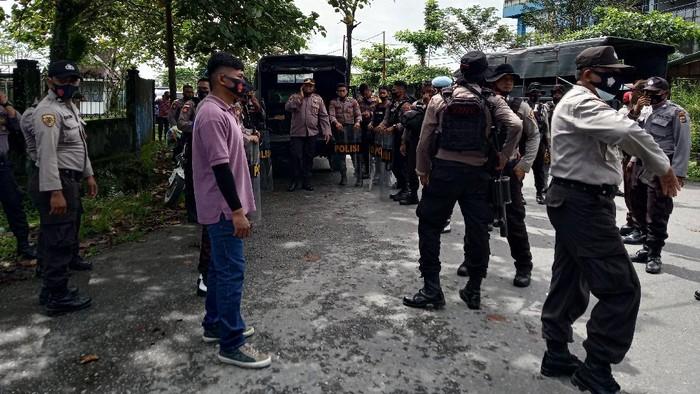 Massa aksi demo penolakan Otsus Papua Jilid 2 tiba-tiba menyerang aparat kepolisian saat di minta untuk membubarkan diri. Massa melempari batu ke arah aparat satu anggota Polisi sempat menjadi amukan massa.