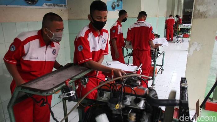 Sejumlah siswa mengikuti kelas praktik dengan standar protokol kesehatan di Sekolah Menengah Kejuruan Negeri 2 Yogyakarta, Rabu (23/9/2020). Penerapan sistem pembelajaran secara langsung ini diselenggarakan untuk mengatasi masalah yang timbul saat sistem pembelajaran jarak jauh dengan sistem daring.