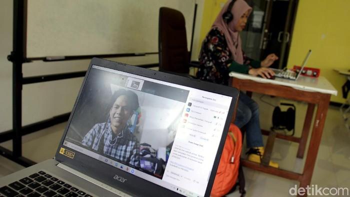 Pandemi COVID-19 membuat kegiatan belajar mengajar dilakukan secara daring guna mencegah virus Corona. Seperti apa aktivitas kuliah online di masa pandemi?