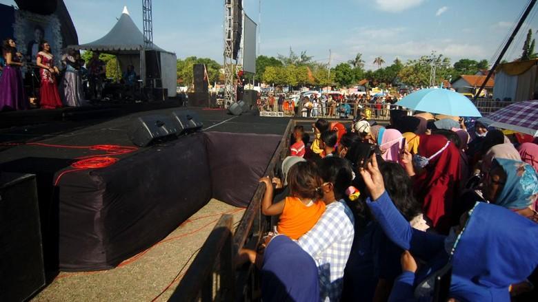 Konser musik dangdut di Tegal digelar di tengah pandemi COVID-19. Konser itu diketahui diadakan Wakil Ketua DPRD Kota Tegal untuk perayaan pernikahan.