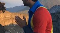 Usir Lelah, Pendaki Gunung Ini Beraksi Kocak Jadi Pegawai Minimarket