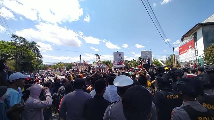 Pendukung pasangan SUKA yang gagal lolos Pilbup Dompu demo ke KPU (Foto: Faruk/detikcom)