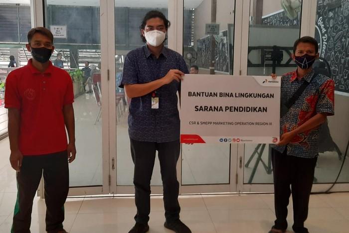 PT Pertamina (Persero) melalui Marketing Operation Region (MOR) III Jawa bagian Barat mengucurkan bantuan lebih dari Rp 1 miliar untuk mendukung pembangunan atau renovasi fasilitas pendidikan serta pelatihan bagi usaha mikro kecil dan menengah (UMKM), Rabu (23/9/2020).
