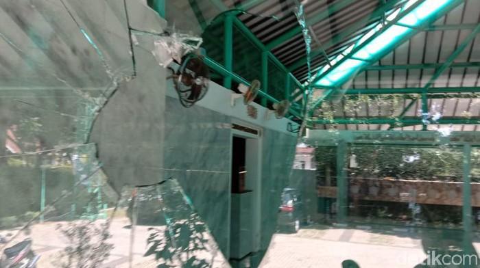 Sebuah masjid di Bandung dilempar seorang priapria hingga mengakibatkan kaca pecah. Pria yang diketahui berinisial DB itu tiba-tiba datang dan melakukan pelemparan.