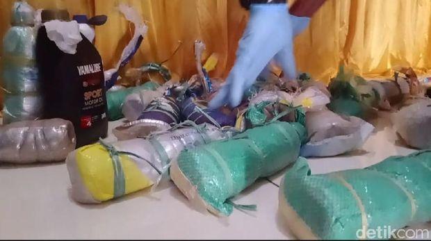 Polisi di Maluku menangkap 4 orang yang membawa merkuri untuk dijual ke penambang emas ilegal alias gurandil (Muslimin Abbas/detikcom)