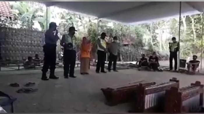 polisi gagalkan wayangan di ponorogo