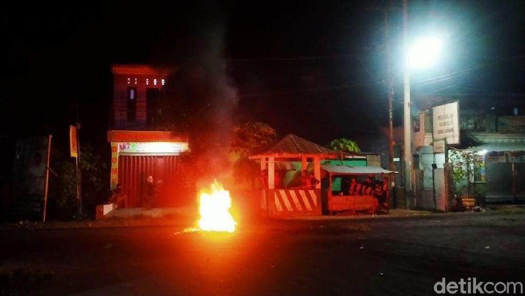 Polisi Bubarkan Pendukung Paslon SUKA yang Demo hingga Malam-Blokir Jalan