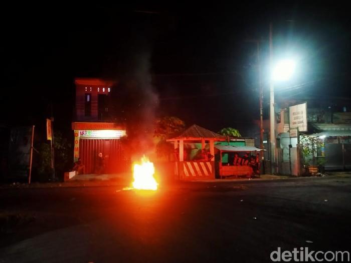 Polisi membubarkan pendukung pasangan Syaifurrahman dan Ika Risky Veriyani (SUKA)  yang demo menolak keputusan KPU Dompu (Faruk/detikcom)