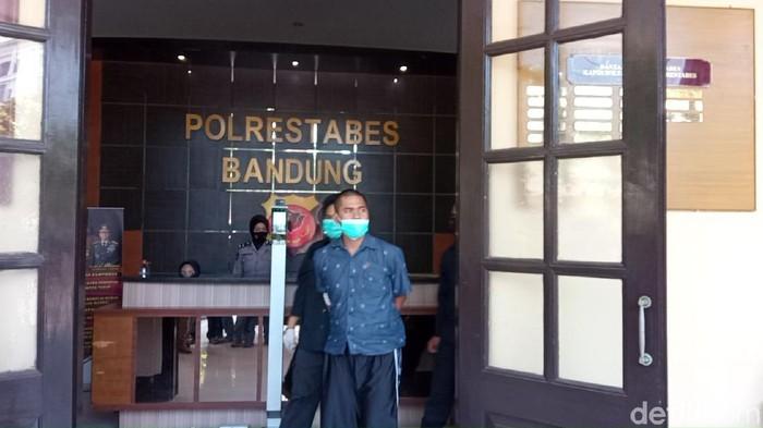 Polisi telah mengamankan pria berinisial DB yang melakukan perusakan masjid di Bandung. Polisi juga saat ini tengah menyelidiki terkait motif perusakan tersebut.