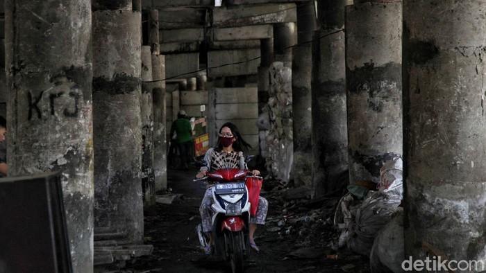 Akibat wabah COVID-19, resesi hampir pasti dialami Indonesia. Penurunan aktivitas ekonomi nasional ini akan berdampak pada PHK dan kemiskinan.