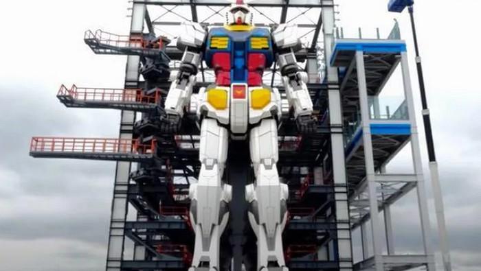 Robot Gundam setinggi 18 meter dan berat 25 ton bisa bergerak.