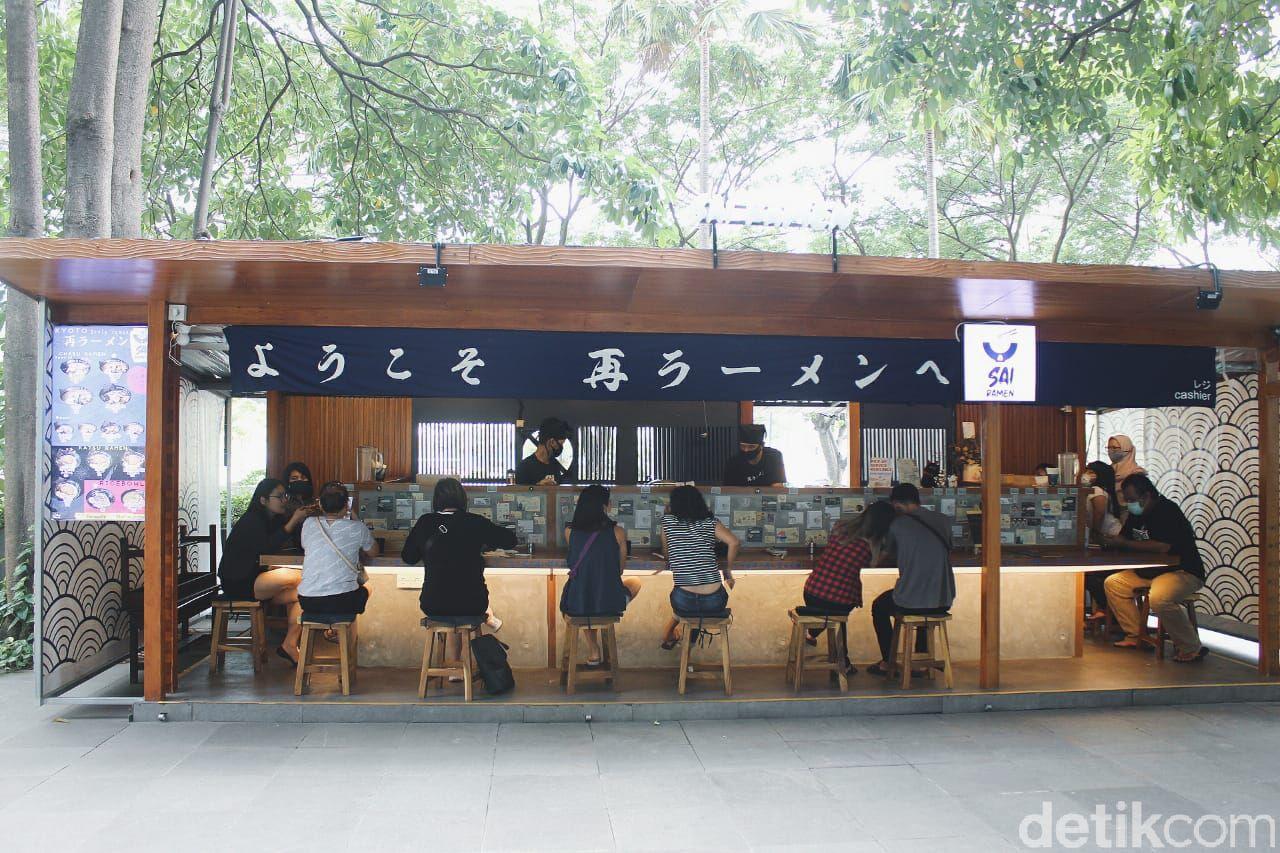 Mampir ke gerai ramen yang satu ini serasa berada di Kyoto. Gerai ini mengusung konsep bar dengan racikan ramen gaya Kyoto.
