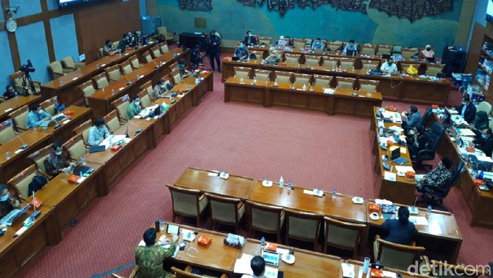 Suasana Mendikbud Nadiem Makarim rapat bersama Komisi X DPR (Rahel Narda/detikcom)