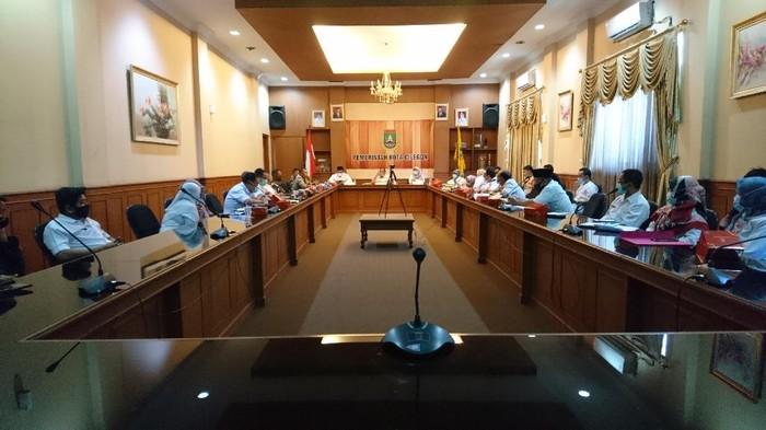 Wali Kota Cilegon, Edi Ariadi rapat soal masuknya Cilegon ke zona merah (Foto: M Iqbal/detikcom)