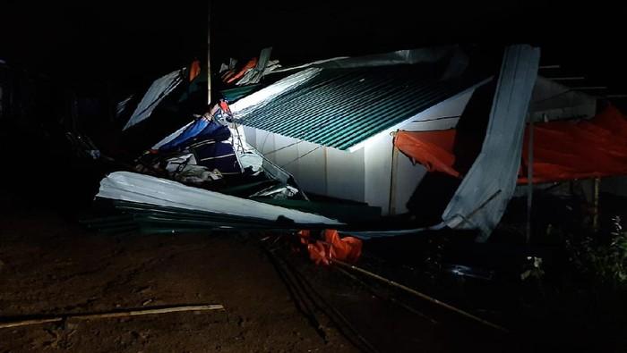 20 unit huntara korban longsor Bogor ambruk disapu angin kencang