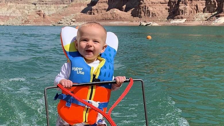 Bayi berumur 6 bulan di Amerika Serikat memecahkan rekor sebagai pemain ski air termuda. Namun netizen justru mengutuk orang tuanya.