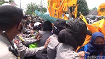 Demo di Kantor Bupati Lumajang Sempat Diwarnai Adu Dorong dengan Polisi