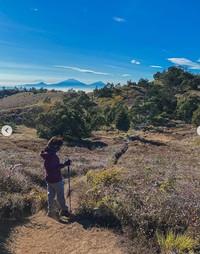 Dalam captionnya Dinda mengungkapkan bahwa ini adalah gunung Indonesia pertama yang dia daki.
