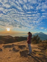 Dia juga menceritakan bagaimana terpesona dengan sunrise di Gunung Prau.