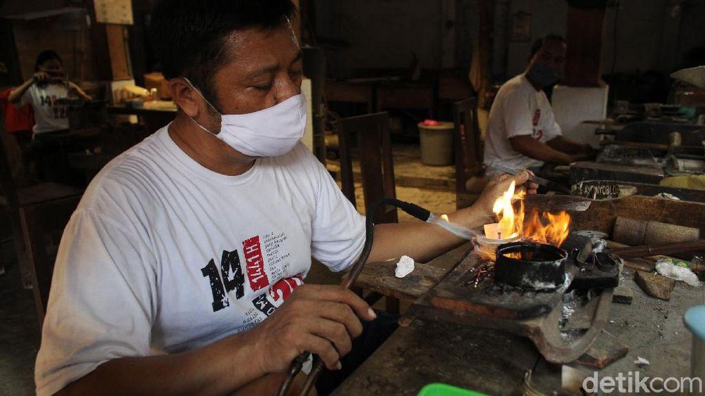 Geliat Perajin Perak Bertahan di Tengah Pandemi