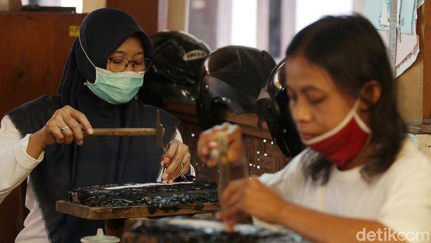 Pekerja menyelesaikan pembuatan kerajinan berbahan perak di pusat kerajinan perak Salim, Kotagede, Yogyakarta, Kamis (24/9/2020). Selama pandemi, pengrajin hanya mengerjakan produk yang dijual berdasarkan pesanan konsumen dari luar negeri.