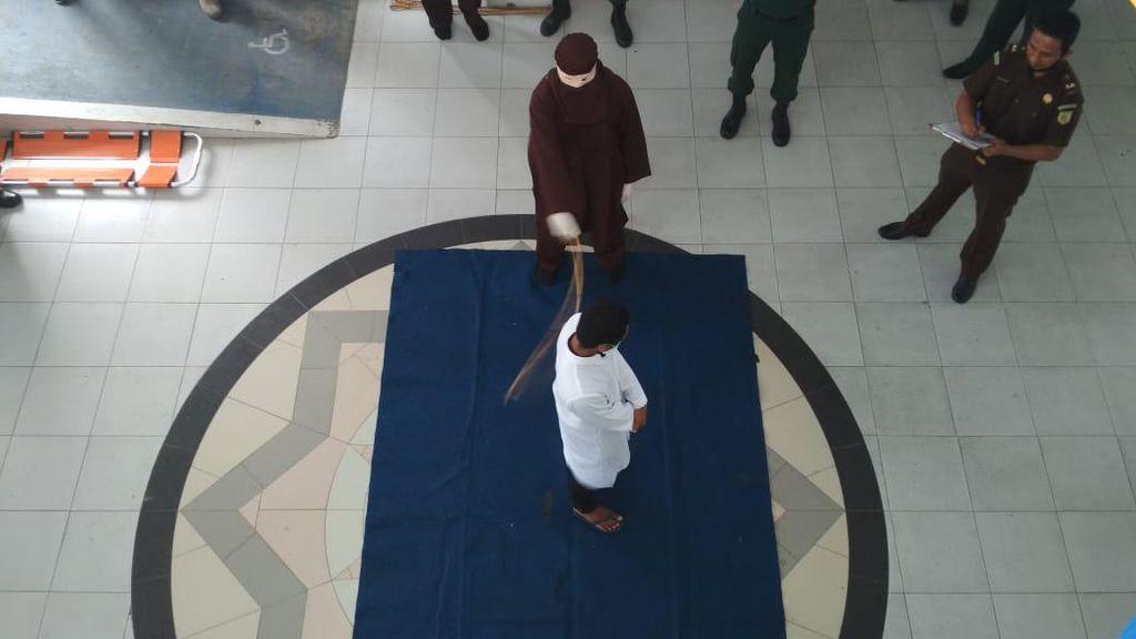 Punggung Pemerkosa Anak di Aceh Lecet Berat, Cambuk Disetop di Sabetan Ke-52