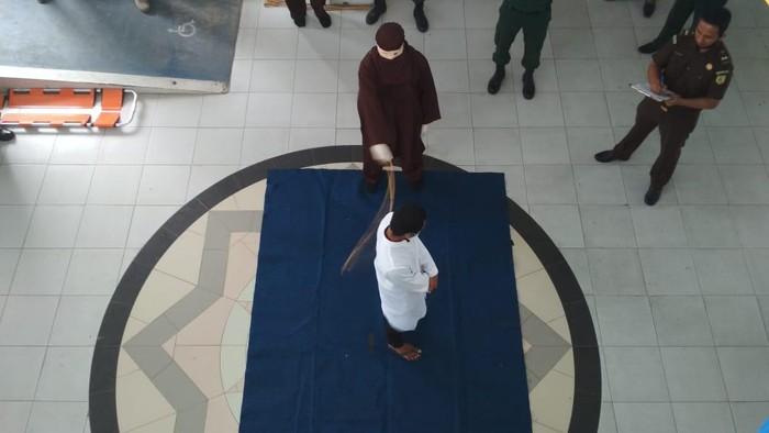 Hukumn cambuk di Banda Aceh (Agus Setyadi-detikcom)