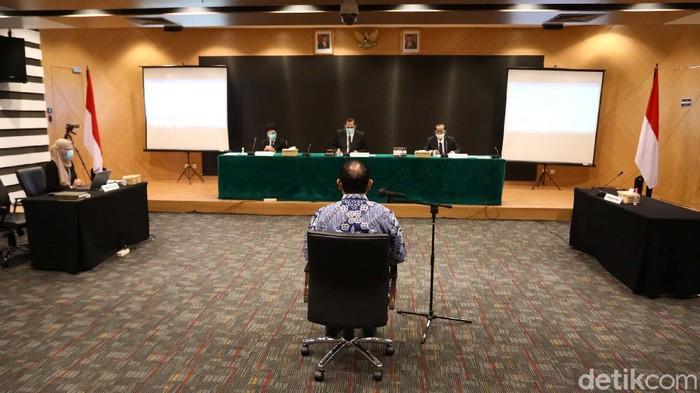 Dewan Pengawas KPK menjatuhkan sanksi ringan kepada Ketua KPK Firli Bahuri. Firli terbukti melanggar kode etik terkait naik helikopter mewah saat berkunjung ke Sumsel.