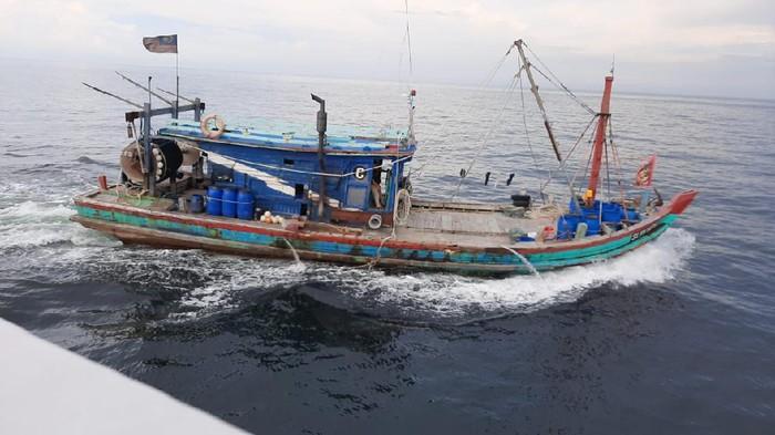 Kapal Maling Ikan Berbendera Malaysia yang Diawaki WNI