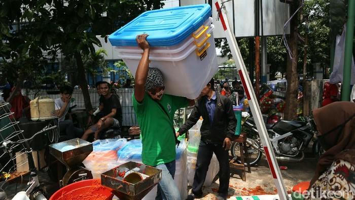 Kebakaran terjadi di Pasar Cempaka Putih, Jakarta Pusat (Jakpus). Para pedagang pun sibuk mengevakuasi barang dagangan mereka, Kamis (24/9).