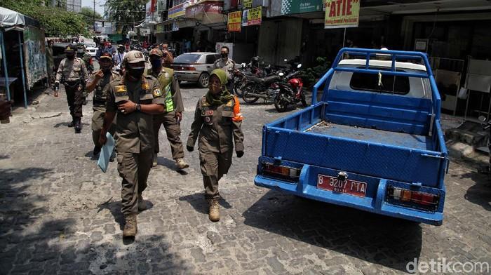 Sejumlah tempat usaha di Sunter, Jakarta Utara, disegel petugas gabungan, Kamis (23/9/2020). Penyegelan dilakukan karena melanggar PSBB.