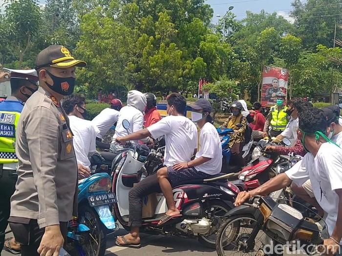 Massa pendukung paslon Pilkada Kabupaten Pekalongan geber-geber motor di dekat KPU, dihalau polisi, Kamis (24/9/2020).